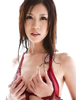 Kotone Amamiya plays with bra while is spoiled by shower