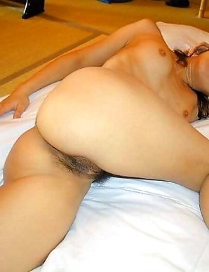 Asian chick posing naked in a motel room